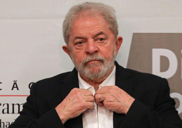 Lula é visto gesticulando durante um evento dedicado à educação em Brasília, 9 de outubro de 2017