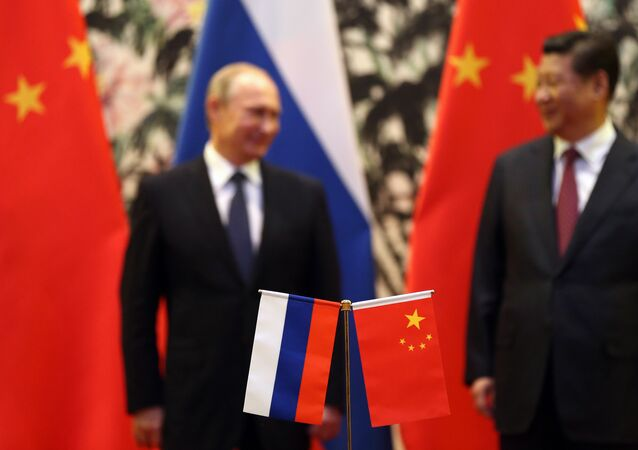 Bandeiras da Rússia e China durante a reunião de Vladimir Putin e Xi Jinping