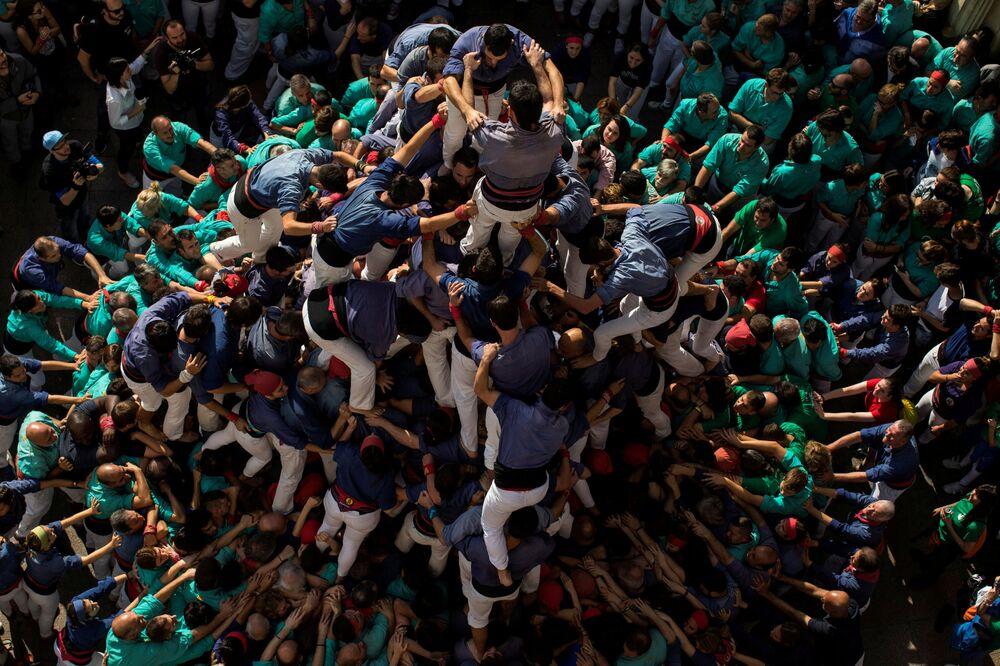 O grupo conhecido como Colla els Capgrossos de Mataro forma uma torre humana no Dia de Todos-os-Santos, perto de Barcelona