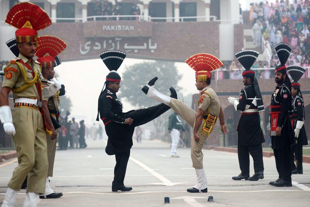 Rangers paquistaneses e guardas fronteiriços indianos durante uma cerimônia no posto fronteiriço de Wagah