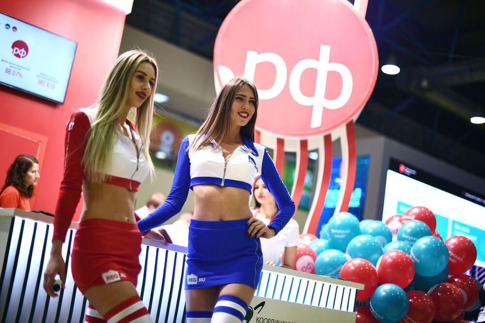 Moças tomam parte da Russian Internet Week, festival russo dedicado às tecnologias digitais, no complexo de exposições ExpoCenter em Moscou