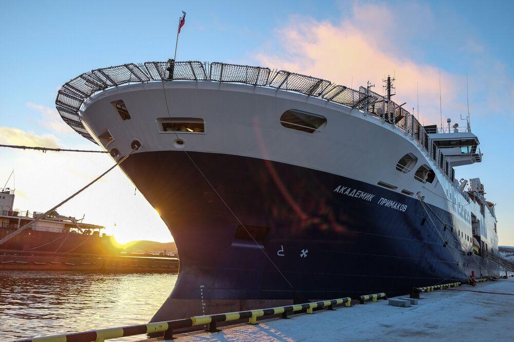 O navio de pesquisa russo Akademik Primakov é batizado durante cerimônia especial na cidade de Murmansk