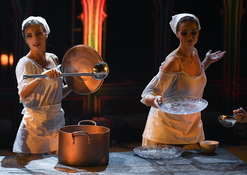 Artistas atuando no espetáculo sobre o gelo Romeu e Julieta do encenador Ilia Averbukh em Moscou