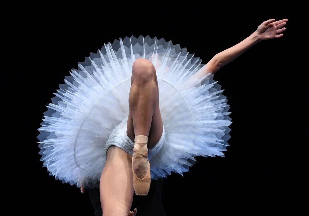 Dançarina da Ópera de Dresden ensaia antes de um show em Nova York