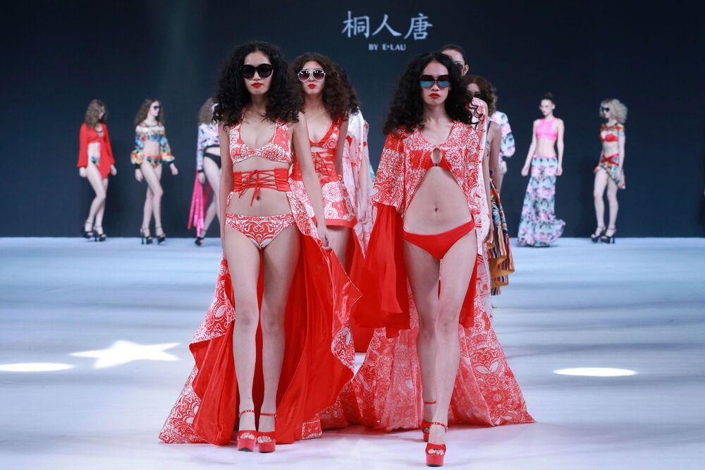 Modelos apresentam peças da coleção TONGRENTANG criada pelo desenhador E. Lau, durante a Semana da Moda em Pequim