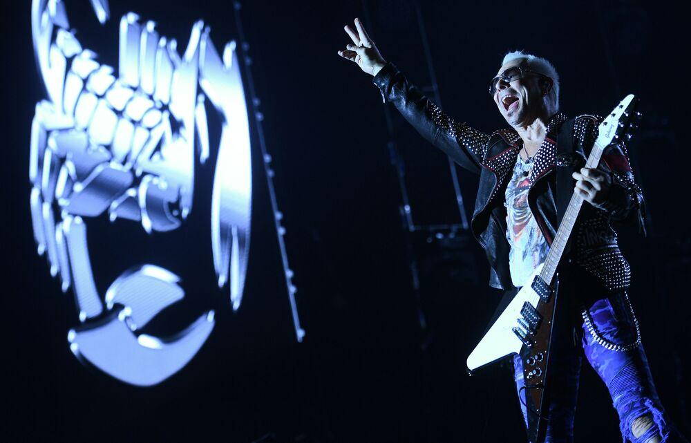 O guitarrista da banda Scorpions, Rudolf Schenker, durante um concerto na capital russa