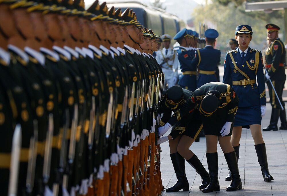 A Guarda de Honra da China se prepara para a cerimônia de boas-vindas com participação do premiê chinês, Li Keqiang, e seu homólogo russo, Dmitry Medvedev, em Pequim