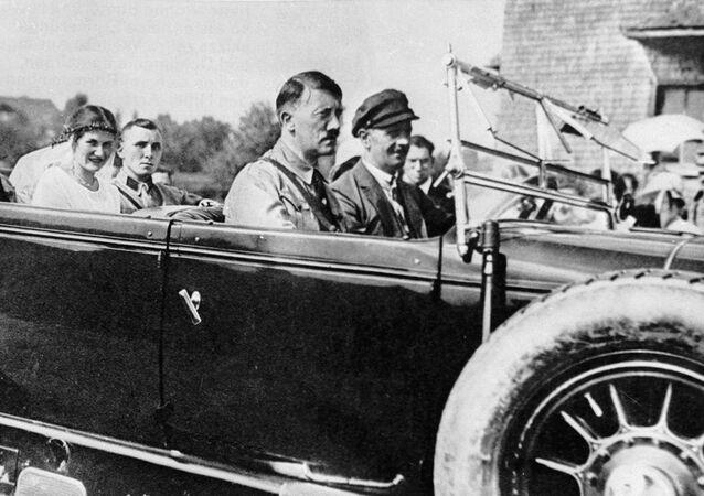 Adolf Hitler, líder da Alemanha nazista, com seu partidário Martin Bormann (no banco traseiro) e noiva em um carro