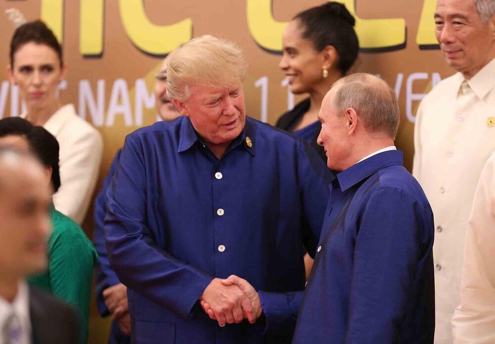 Presidente Putin e presidente Trump apertam mãos ao se encontrarem na cúpula da APEC no Vietnã