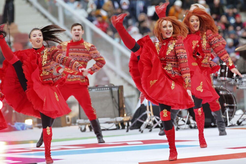 Apresentação de dançarinos durante o show A Rússia une! em Moscou