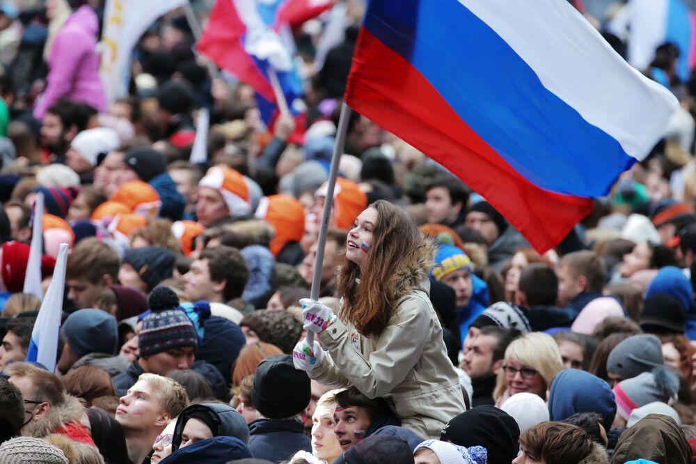 Espectadora do show A Rússia une! em Moscou