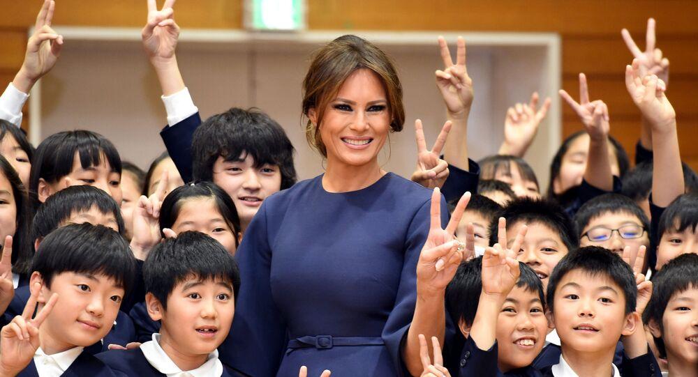 Melania Trump com alunos de uma escola primária em Tóquio