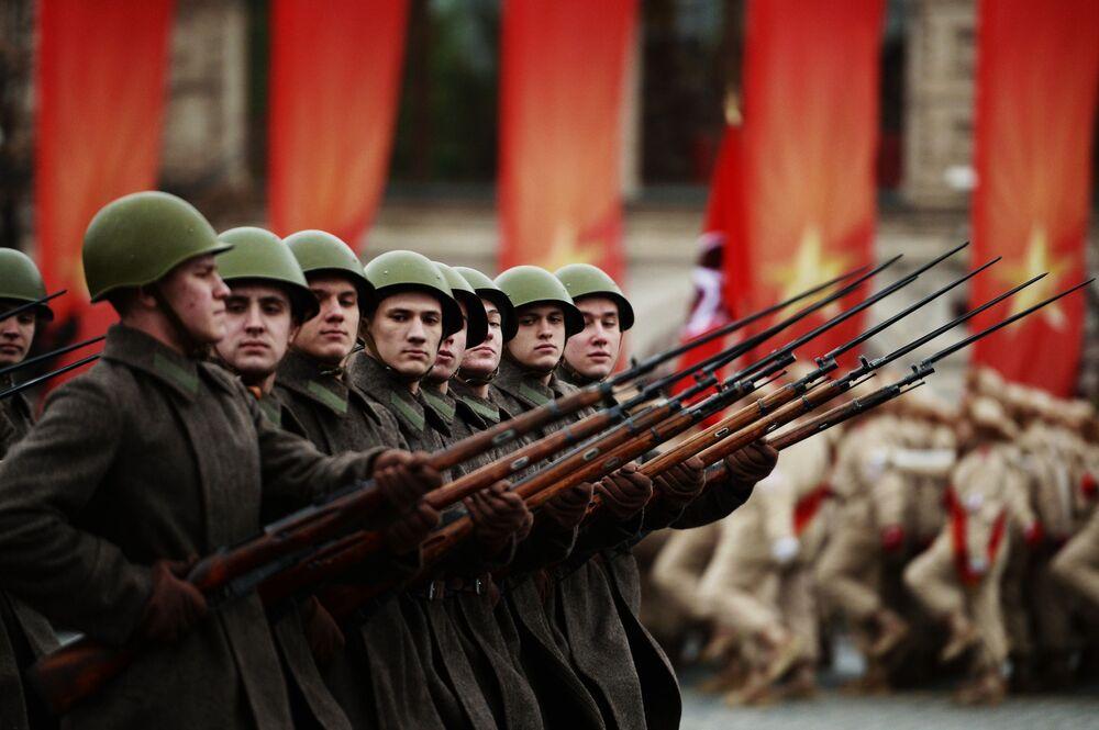 Marcha dedicada ao 76º aniversário da parada militar de 1941 na Praça Vermelha em Moscou