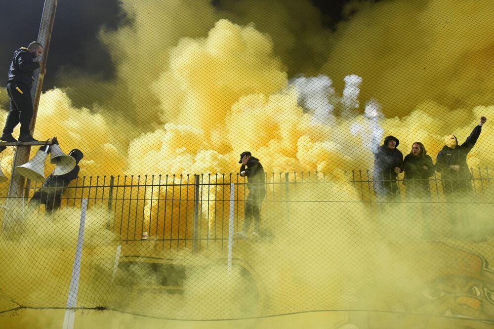 Torcida do clube de futebol grego Aris antes de jogo com Boca Juniors argentino em Tessalônica