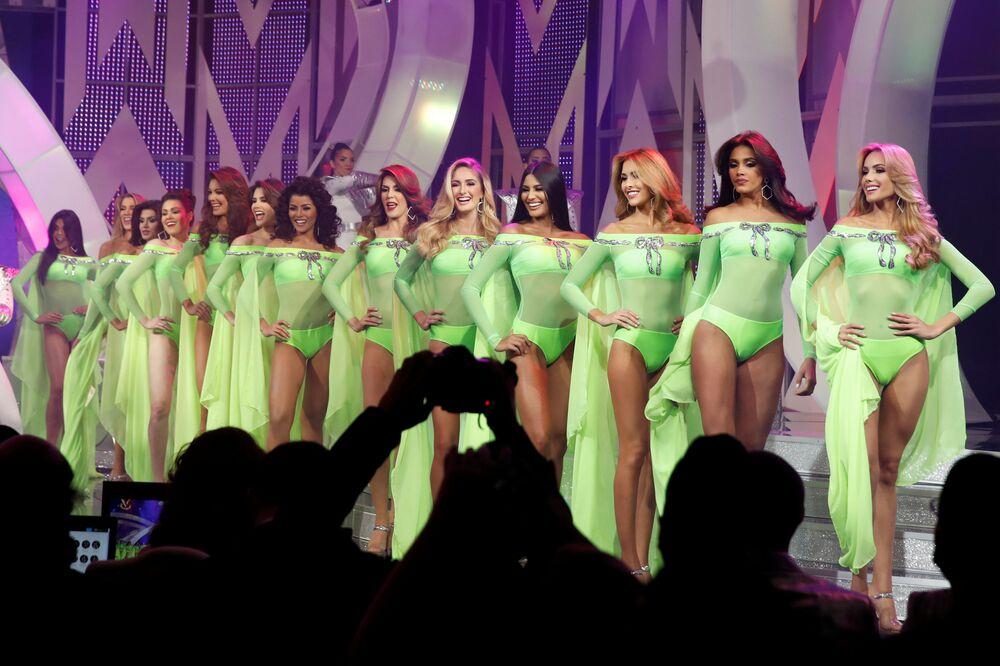 Participantes do desfile de maiô durante o Miss Venezuela 2017 em Caracas, em 9 de novembro de 2017