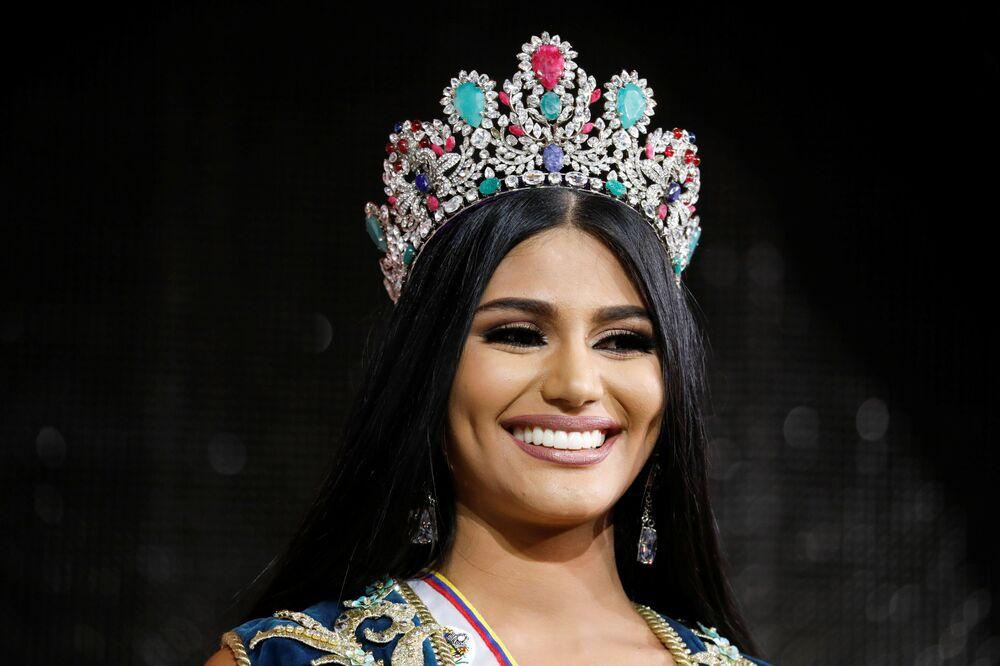 Miss estado de Delta Amacuro, Sthefany Gutierrez, sorri após ganhar o concurso Miss Venezuela 2017 em Caracas, em 9 de novembro de 2017