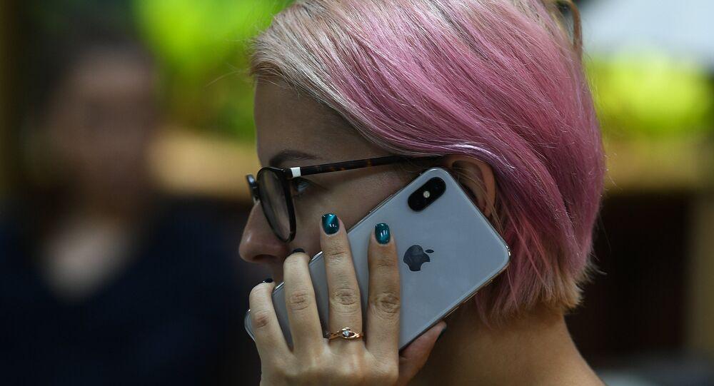 Jovem conversando no novo smartphone iPhone X