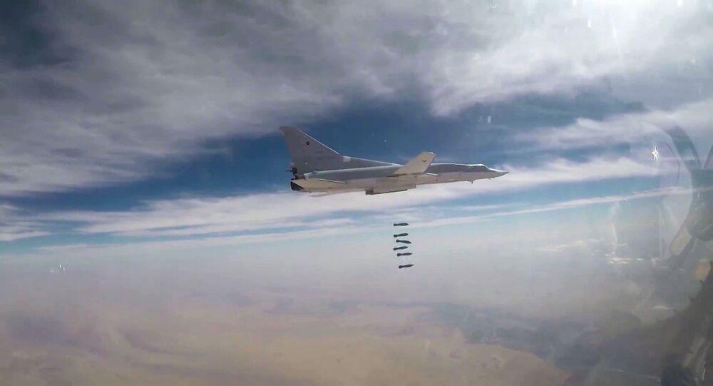 Bombardeiro Tu-22M3 da Força Aeroespacial da Rússia sobrevoando província síria de Deir ez-Zor
