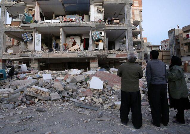 Pessoas observam consequências do terremoto que sacudiu o Irã em 12 de novembro de 2017