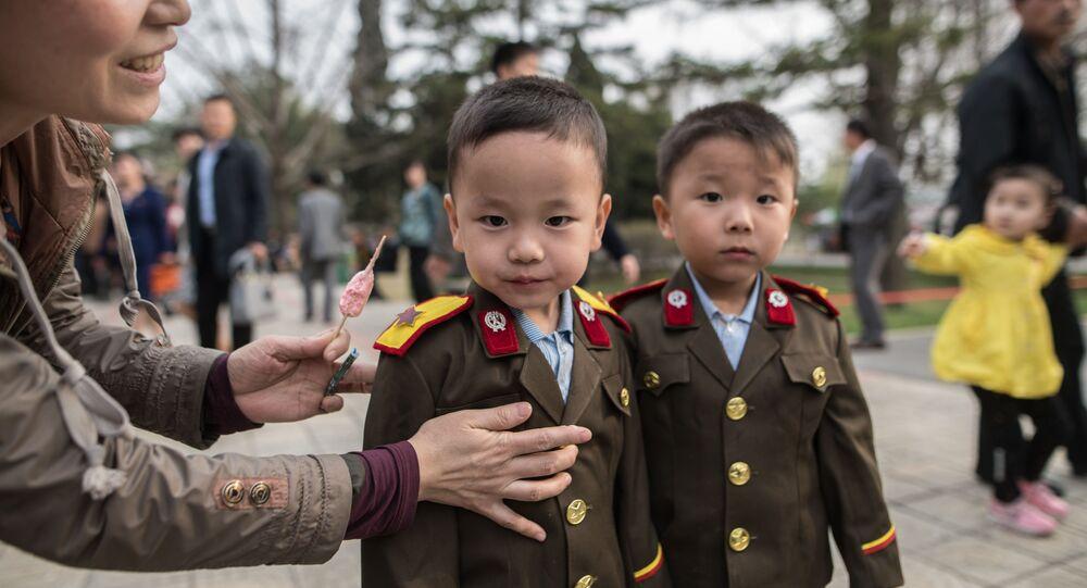As crianças visitam o Zoológico Central de Pyongyang