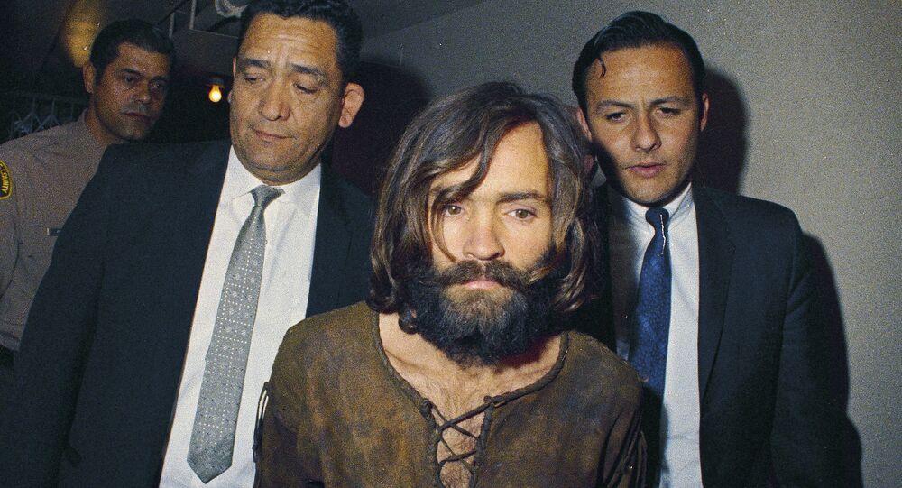 Charles Manson sendo acompanhado por oficiais ao tribunal devido ao assassinato de Sharon Tate (foto de arquivo)