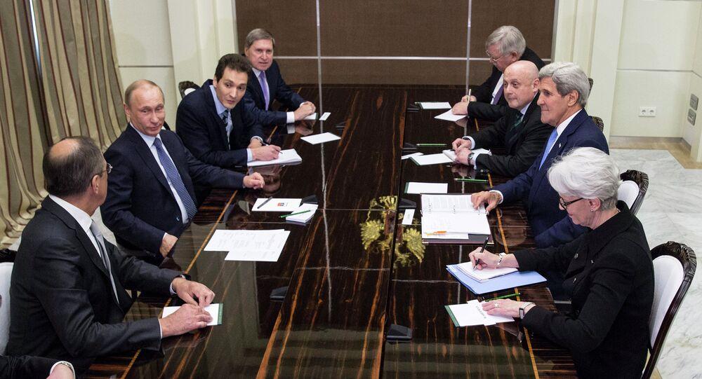John Kerry (2nd R), secretário de Estado americano, com o Presidente russo Vladimir Putin (2nd L) na residência presidencial Bocharov Ruchey em Sochi