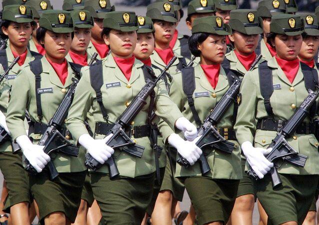 Mulheres do Exército da Indonésia marcham em desfile militar em Jakarta, 6 de junho de 2002