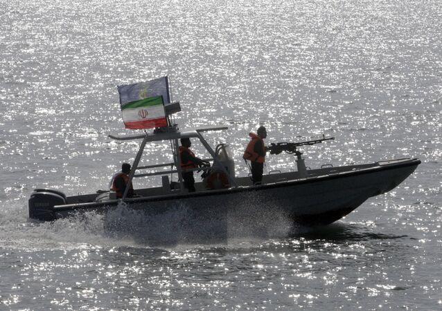 Lancha do Corpo de Guardiões da Revolução Islâmica do Irã no golfo Pérsico (imagem de arquivo)