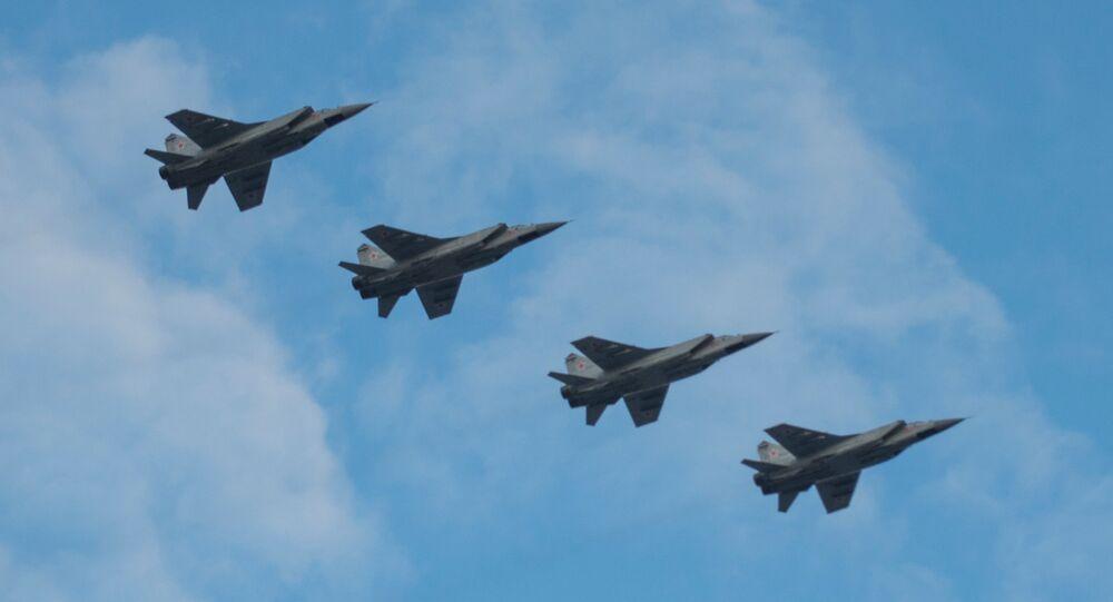 Grupo de caças russos MiG-31 nos céus de Moscou