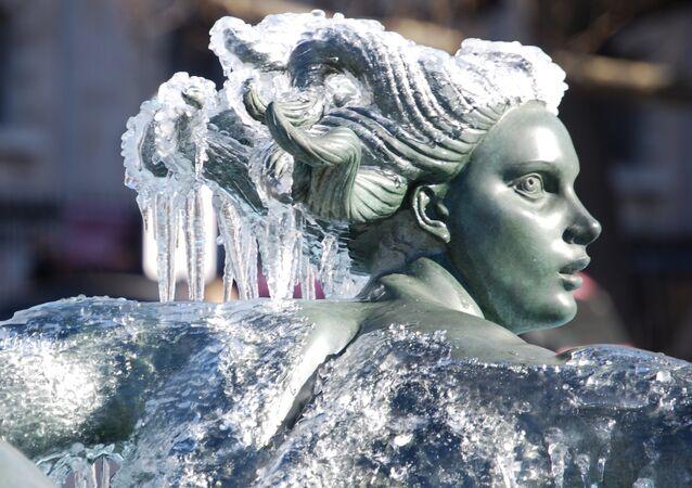 Estátua de pedra coberta por camada de gelo