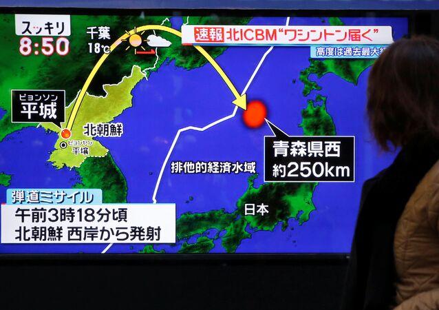 Televisão japonesa mostra lançamento do míssil balístico intercontinental, Hwasong-15, realizado pela Coreia do Norte