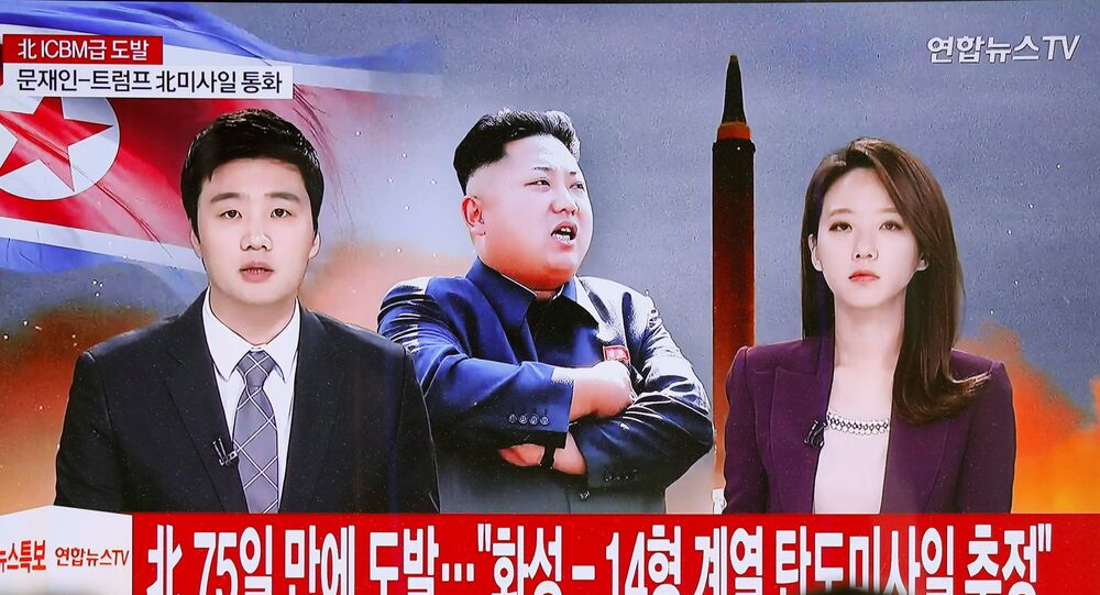 Pessoas assistem às noticias sobre lançamento do míssil Hwasong-15 efetuado pela Coreia do Norte em 28 de novembro