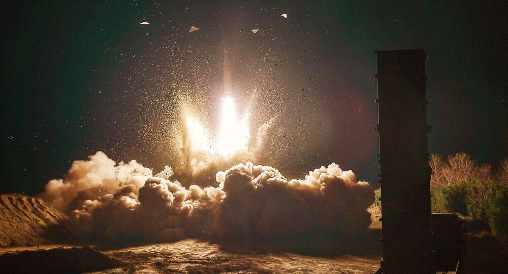 O míssil sul-coreano Hyunmoo II, lançado durante um exercício em resposta ao teste de míssil norte-coreano, 29 de novembro de 2017