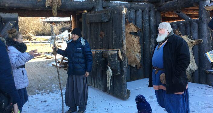 Moradores do parque Viking saúdam os visitantes antes de efetuar uma excursão pelo povoado do povo escandinavo