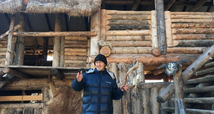 Um dos moradores do parque Viking conta aos jornalistas como era o dia a dia deste povo guerreiro
