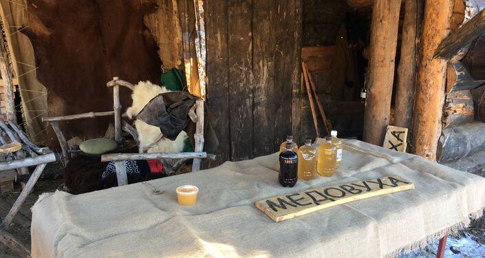 Mesa com uma das bebidas alcoólicas prediletas dos vikings, a medovukha ou hidromel, preparada de água, mel e fermentos