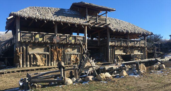 Uma das instalações artesanais no parque temático Viking, na península da Crimeia