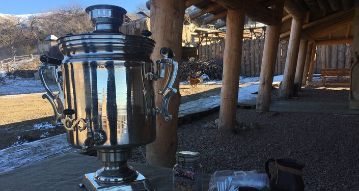 Samovar, utensílio utilizado para servir chá, no parque temático Viking, na península da Crimeia