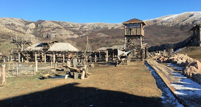 Construções do parque temático Viking, localizado no sopé da cadeia montanhosa de Chatyr-Dag, na Crimeia