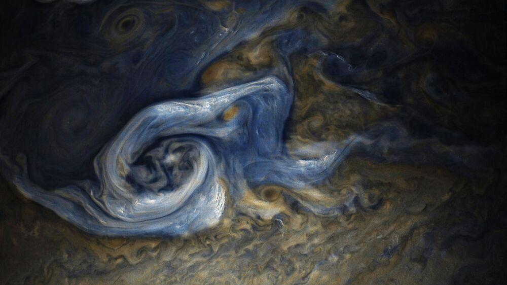 Furação captado na superfície de Júpiter pela nave espacial Juno, da NASA, durante sua 9ª viagem sobre o planeta gigante