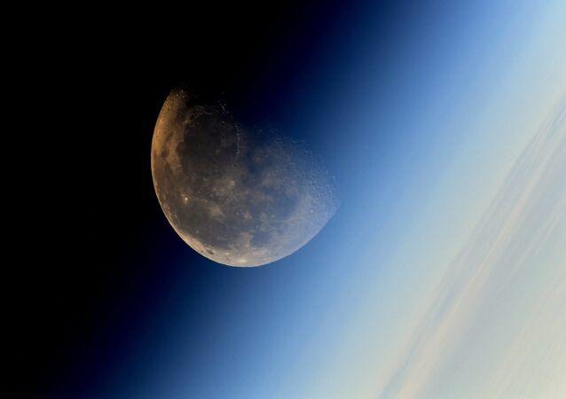 Imagem da Lua tirada pelo cosmonauta da agência federal espacial russa Roscosmos (foto de arquivo)