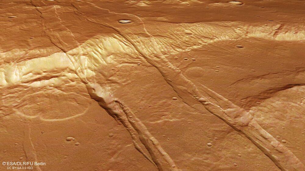 Rachas e covas no Hemisfério Sul de Marte