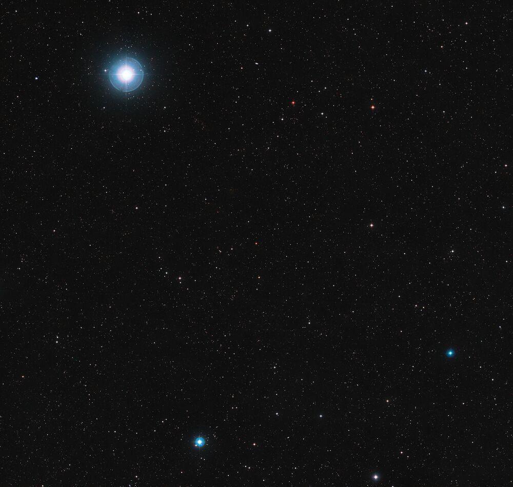 Uma parte do céu em torno da estrela anã vermelha Ross 128 na constelação da Virgem
