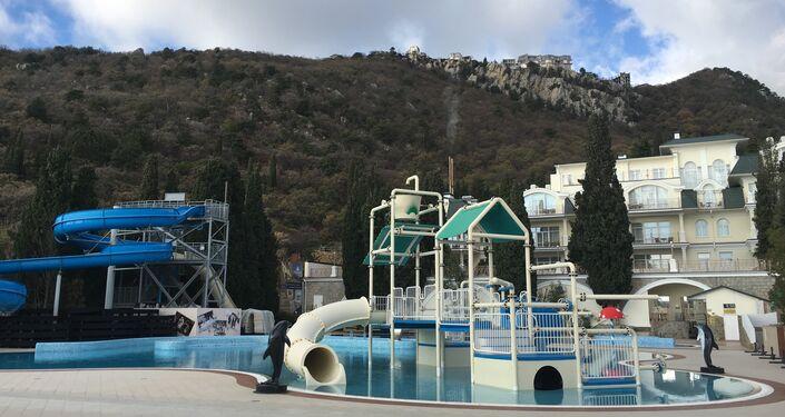 Piscina com equipamentos infantis no hotel Palmira Palace, em Yalta